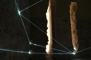 11-carlo-bernardini-catalizzatore-di-luce-2007-fibre-ottiche-h-mt-3x5x4-part-trani-castello-svevo
